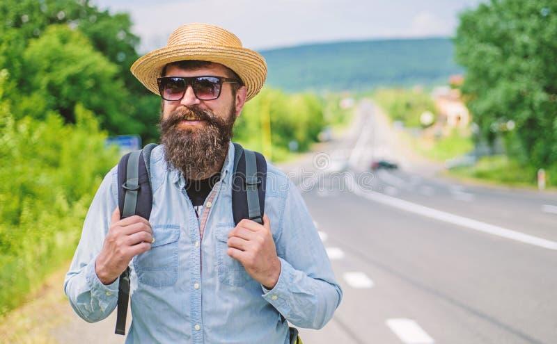 正在寻找同路人 老练的旅游高速公路边缘的人有胡子的行家游人技巧  寻找 库存照片