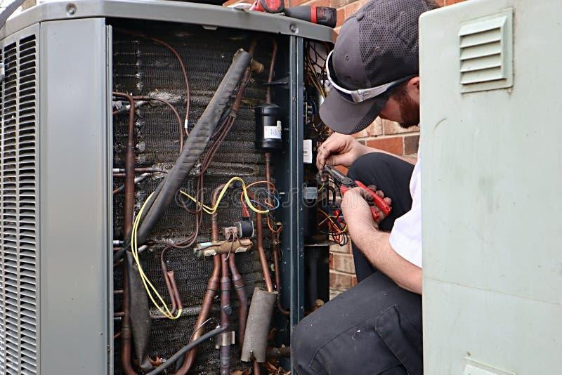 正在维修的HVAC热泵空调单元 免版税库存图片