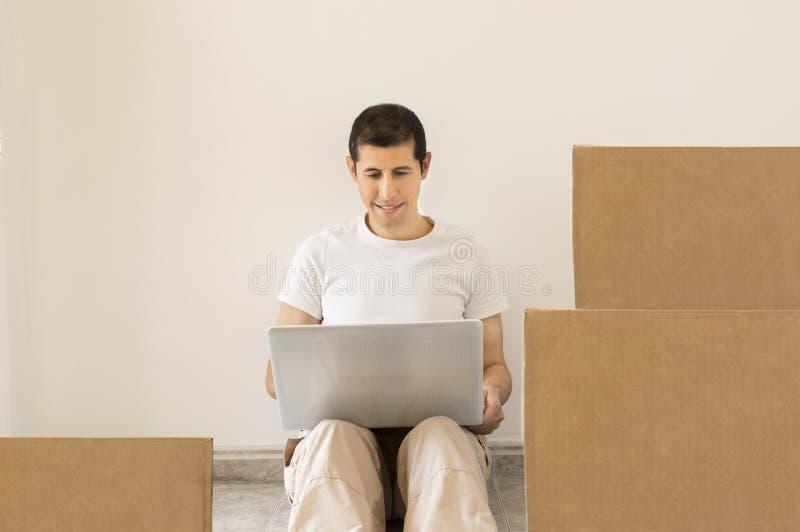 正在寻找网上一家搬家公司 库存照片