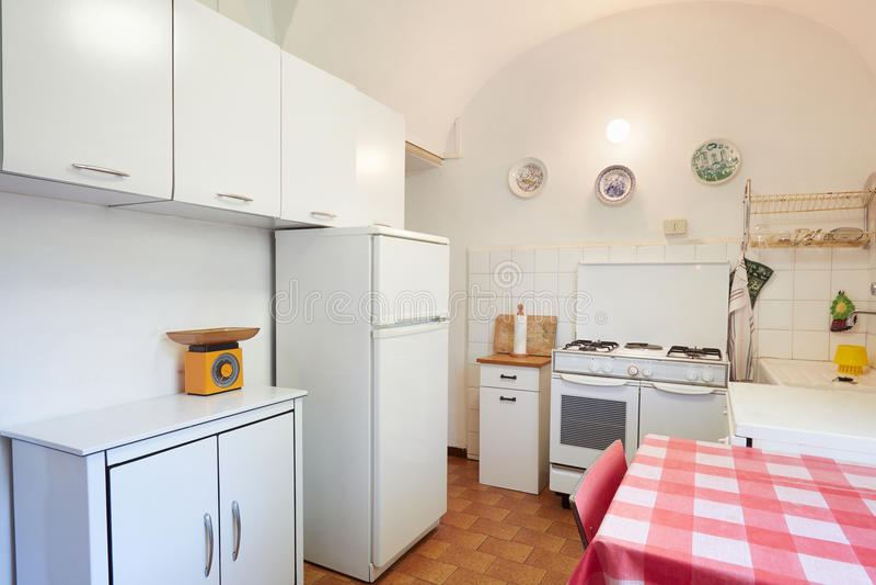 正常房子内部的老厨房 免版税库存图片