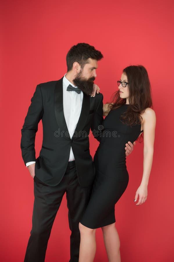 正式党 在爱的夫妇在日期 有胡子的男人和妇女的艺术专家 r r 正式性感 免版税库存照片