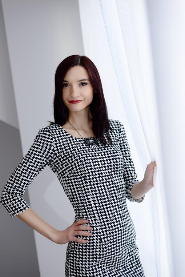Download 正式加工好的年轻深色的妇女 库存图片. 图片 包括有 员工, 户内, 礼服, 女实业家, 确信, 人员, 人们 - 72366703