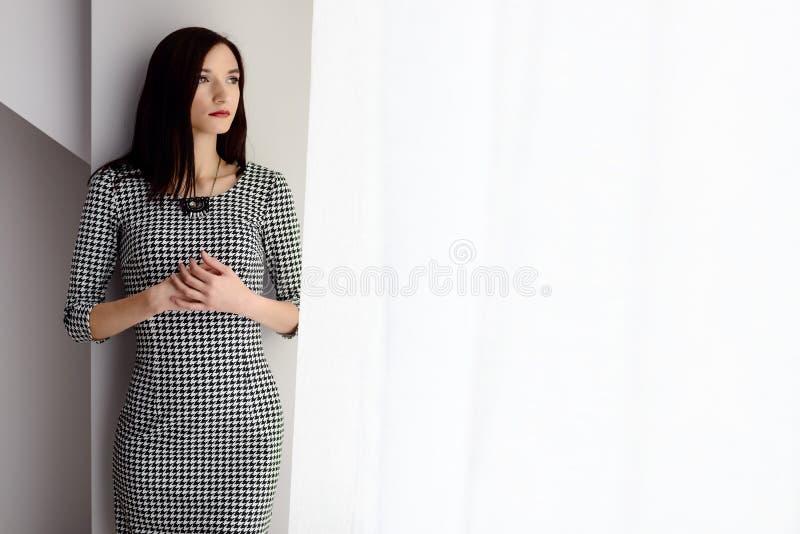 Download 正式加工好的年轻深色的妇女 库存图片. 图片 包括有 智能, 工作, 穿戴, 确信, 商业, 礼服, 执行委员 - 72367577