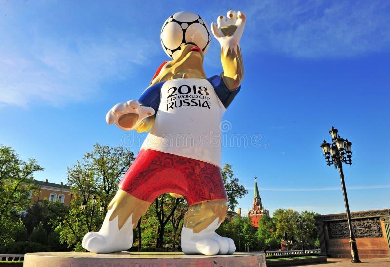 正式吉祥人世界杯足球赛Zabivaka 2018年在莫斯科 图库摄影