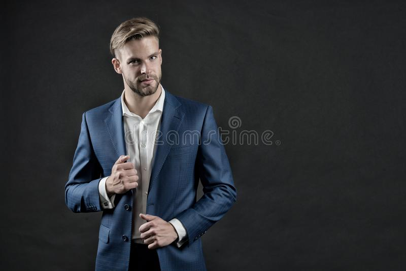 正式成套装备的经理 蓝色衣服夹克和衬衣的人 与胡子和时髦的头发的商人 时尚、样式和礼服鳕鱼 免版税库存照片