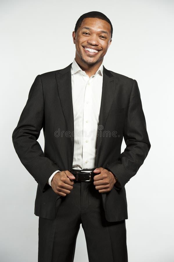 正式服装黑色男性笑图片