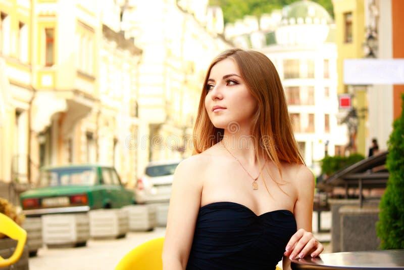 正式舞会礼服的美丽的白肤金发的妇女 库存图片
