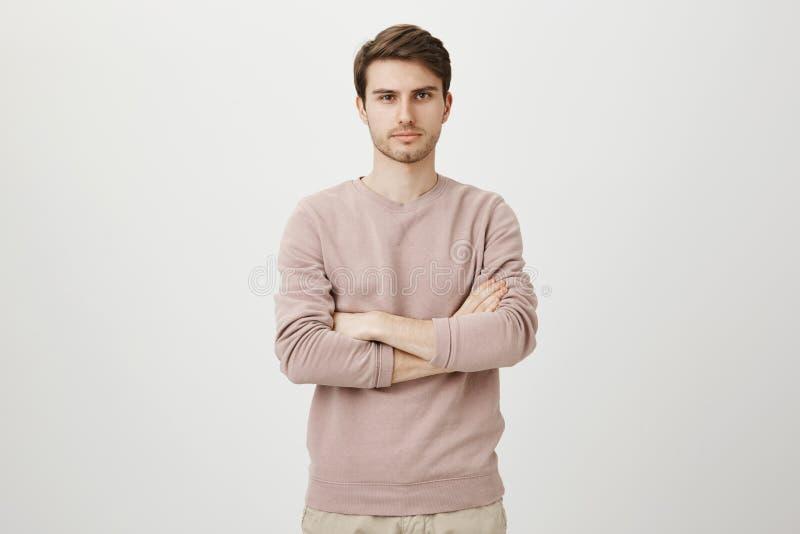 正式蓝色衬衣的指向左和看充满惊讶和惊奇的喘气的英俊的丈夫画象  免版税库存图片