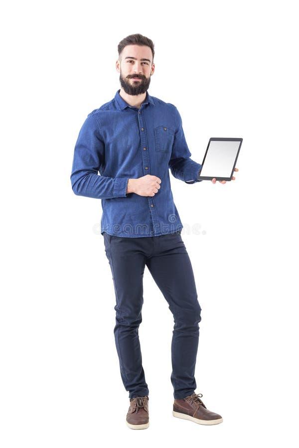 正式衣裳的愉快的微笑的显示白色清楚的片剂的商人和姿态填塞屏幕 免版税库存图片