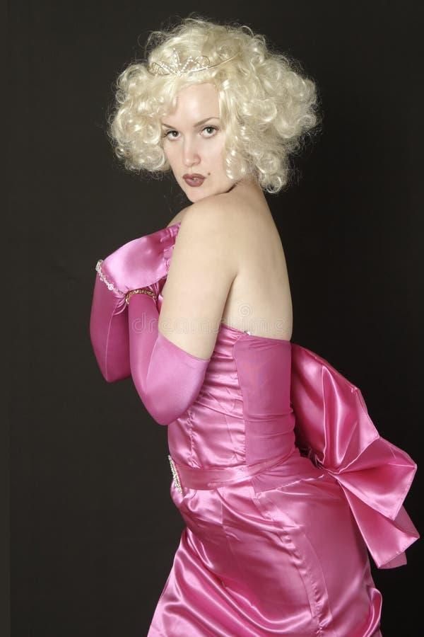 正式褂子桃红色摆在的缎妇女 免版税库存图片