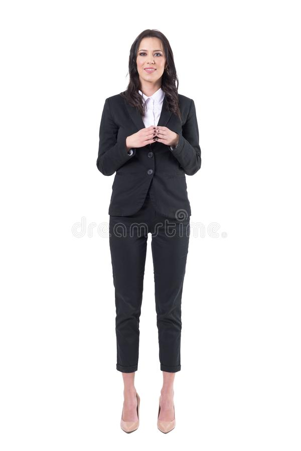 正式黑衣服的美丽的女商人微笑与尖顶手姿势的 免版税库存图片
