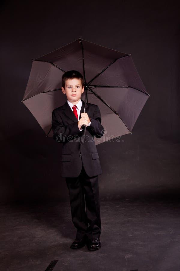 Download 正式dresscode的男孩与伞 库存照片. 图片 包括有 编码, 少许, 幸福, 男朋友, 乐趣, 钉书匠 - 22351564