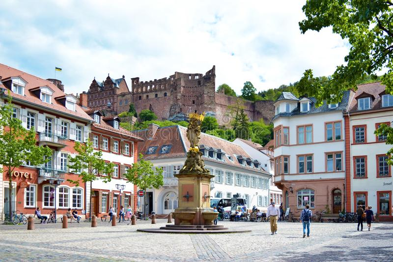正方形叫的'Kornmarkt'在与走的人,喷泉有金黄玛丹娜雕象的和看法的老市中心在历史他 免版税库存图片