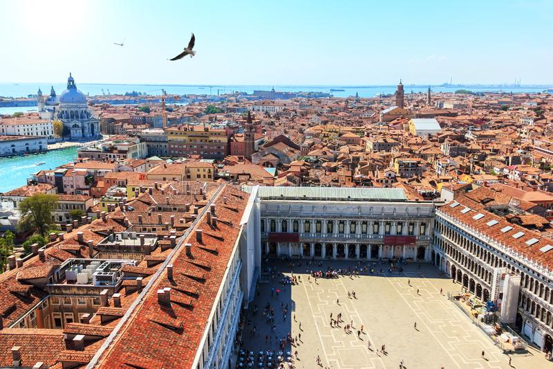 正方形圣马尔谷教堂和在威尼斯,意大利的鸟瞰图 免版税图库摄影