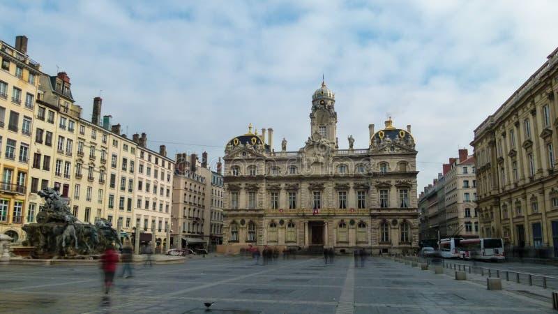 正方形在利昂在与美丽的老大厦和喷泉Bartholdi,法国的冬天 库存图片