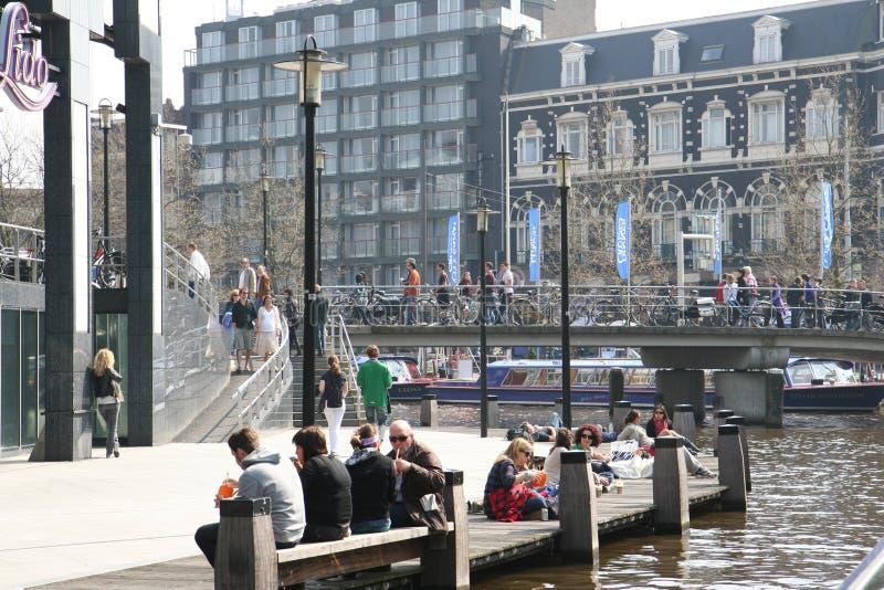 正方形在城市 人们放松在水附近和在咖啡馆 一温暖的天在城市 库存图片