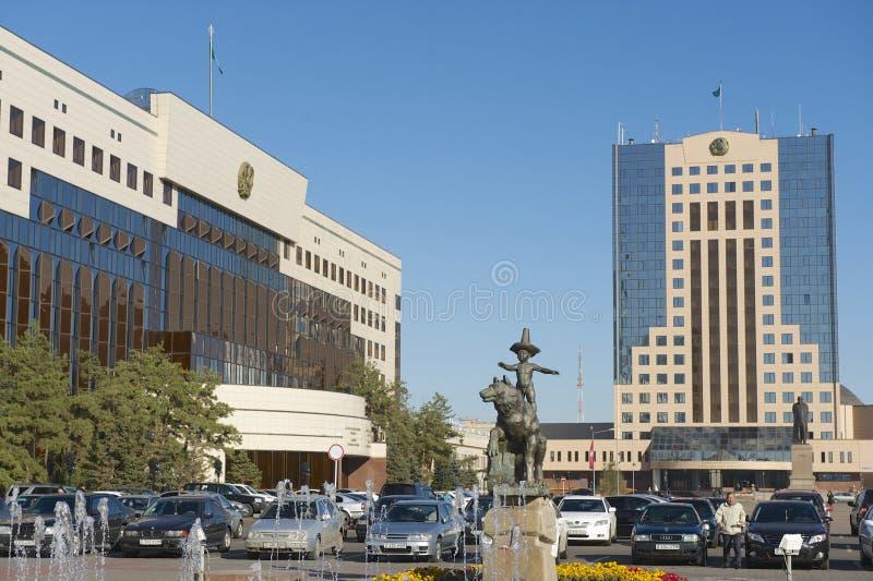 正方形的外部在阿斯塔纳市大厦旁边理事会的在阿斯塔纳,哈萨克斯坦 图库摄影