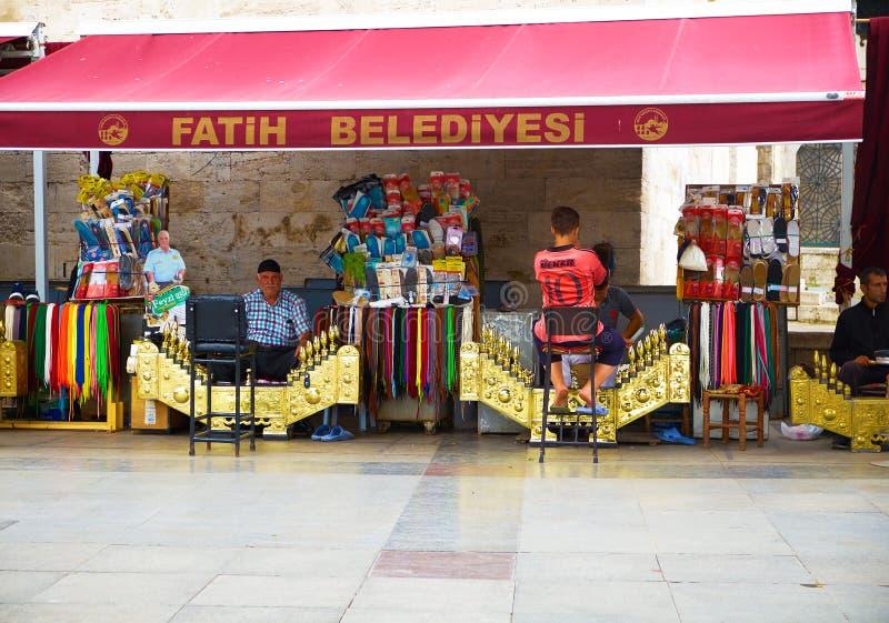 正方形的擦鞋童由新的清真寺,伊斯坦布尔 免版税库存图片