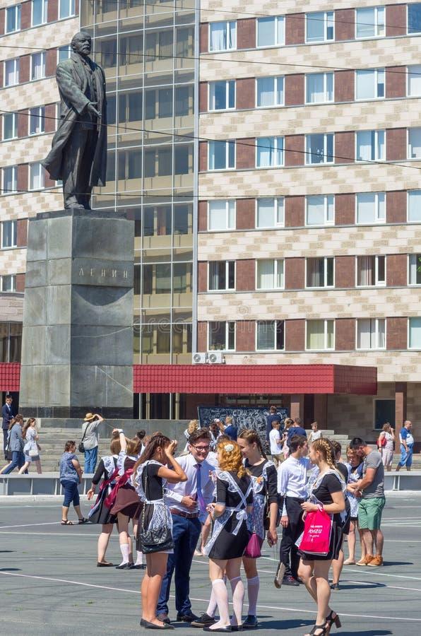 正方形的毕业生在对列宁的纪念碑附近 免版税库存照片