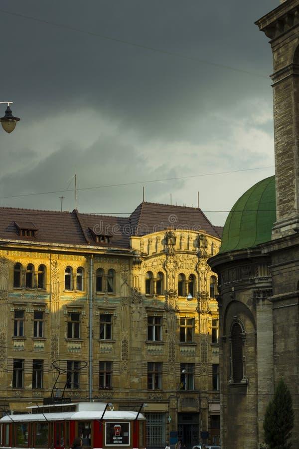 正方形的看法与电车、老房子和多米尼加共和国的大教堂的屋顶的 库存照片