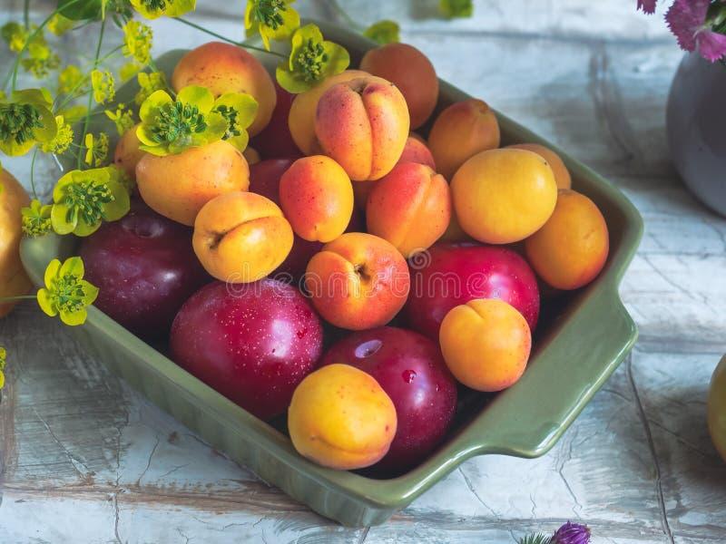 正方形陶瓷板材用新鲜水果、红色李子和油桃 免版税库存照片