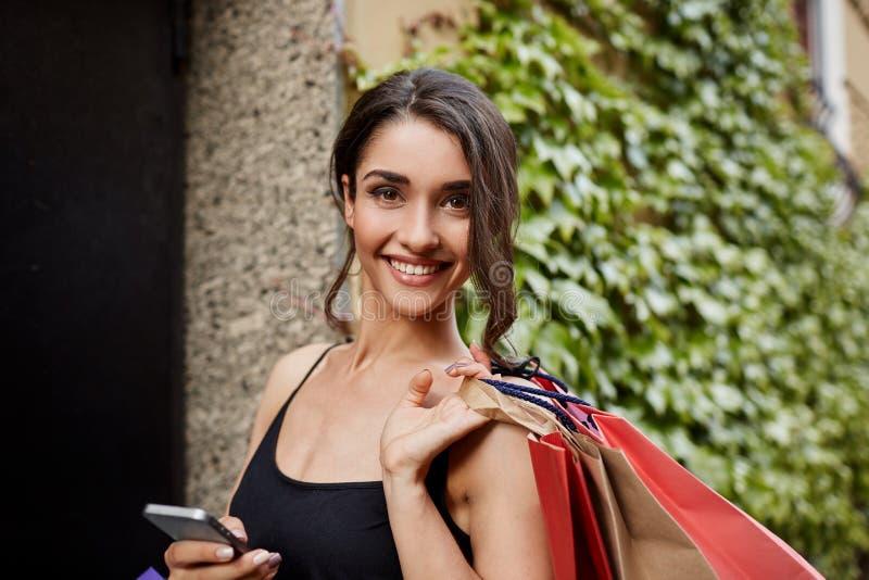 正的情感 生活方式概念 关闭美丽的快乐的深色头发的白种人妇女画象黑衬衣的 免版税库存照片