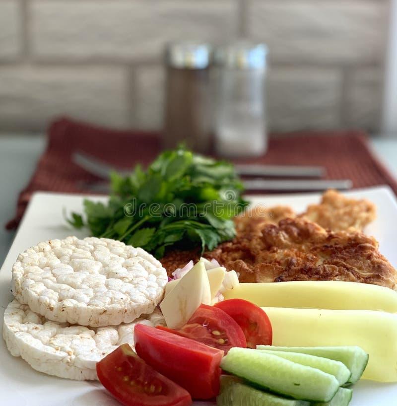 正确的食物,饮食 菜用肉、绿色和年糕 图库摄影