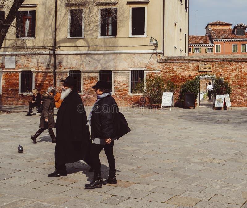 正统传统上加工好的犹太人在位于传统犹太的园地di Ghetto诺沃走 免版税库存照片