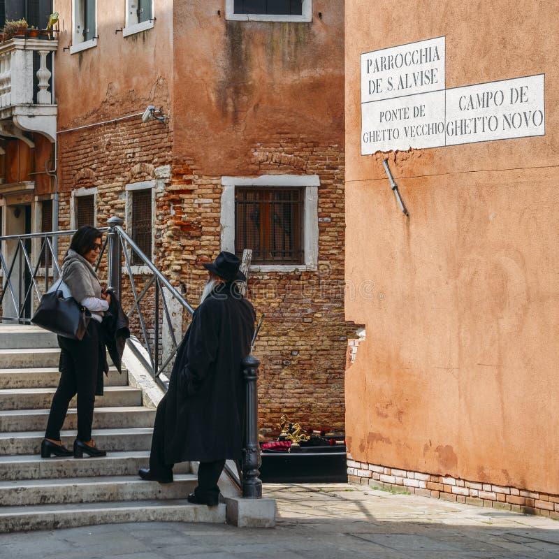 正统传统上加工好的犹太人在位于传统犹太的园地di Ghetto诺沃走 免版税库存图片
