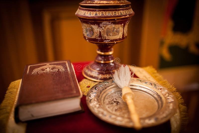 正统圣经、十字架和小捆在一块布料洗礼的 库存图片