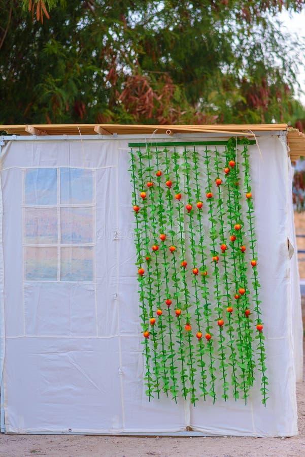 正统犹太苏克棚在住棚节假日期间在耶路撒冷,以色列 住棚节犹太节日  传统sukkah小屋 免版税库存图片