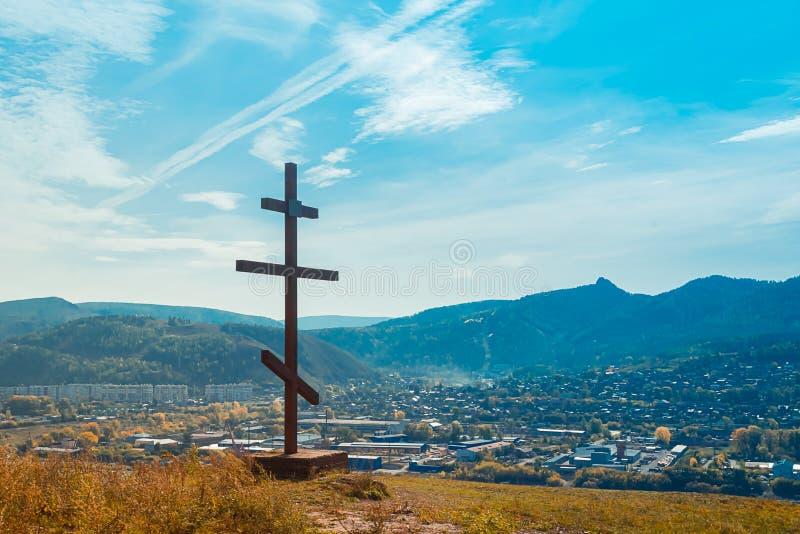 正统的木十字象征信仰山对蓝天 圣地朝圣 俄罗斯 西伯利亚 库存照片