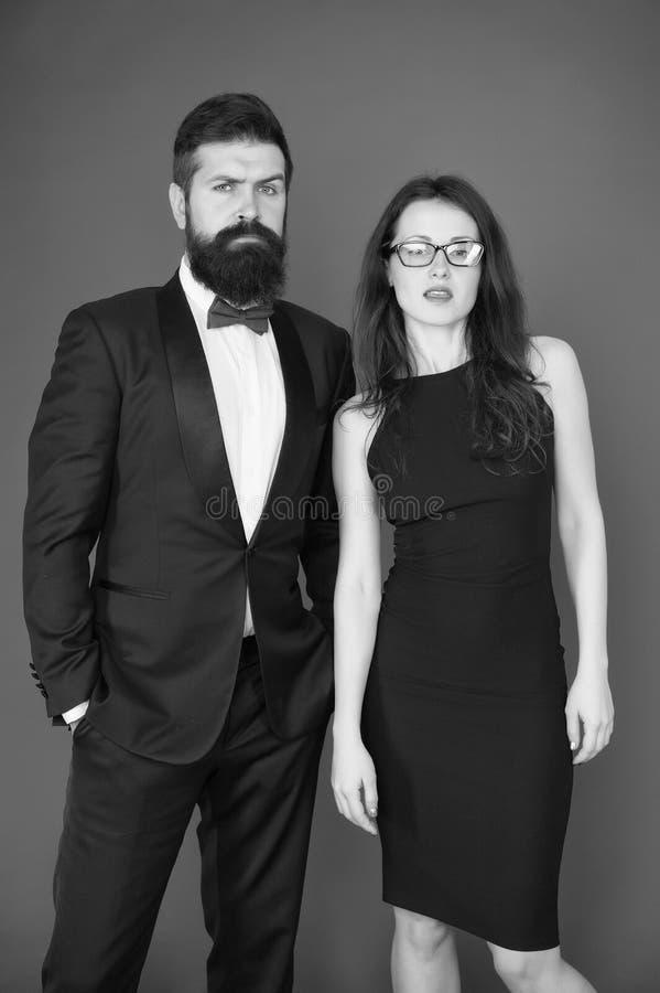 正装代码 正式事件概念 人有胡子的穿戴无尾礼服女孩庄重装束 参观的事件或仪式 库存图片