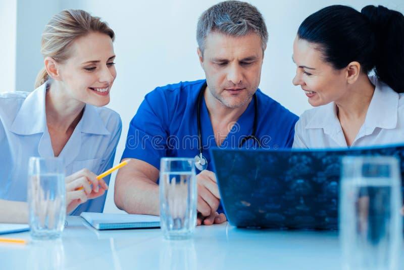 正面使谈论的医护人员高兴新的想法 图库摄影