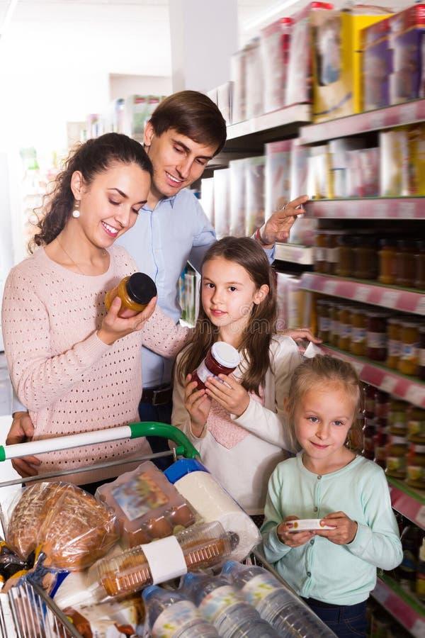 正面加上购买果酱的小孩子 库存图片
