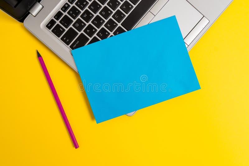 正面图开放时髦金属银色亭亭玉立的膝上型计算机小白纸板料铅笔色的背景 空的文本 库存图片