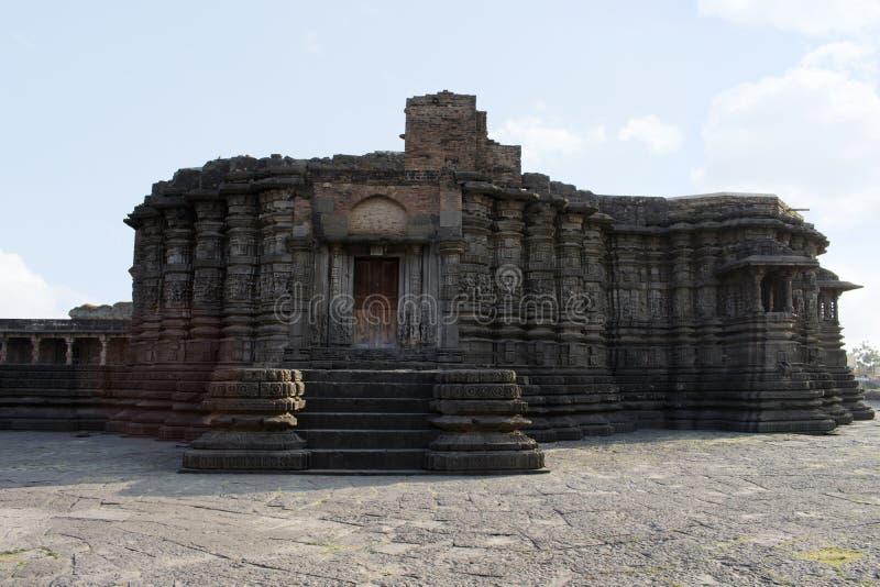 正面图,Daitya苏丹寺庙前方,洛纳尔,布尔达纳县,马哈拉施特拉,印度 免版税库存图片