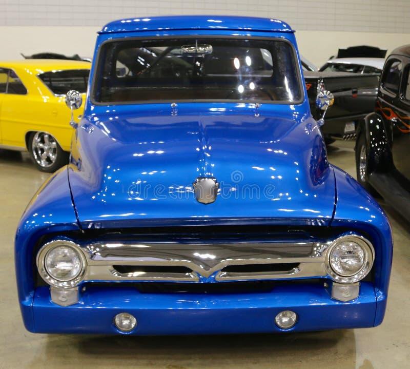 正面图20世纪40年代塑造蓝色福特轻型货车 库存照片