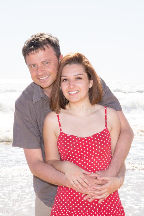 正面夫妇在夏天使海爱情小说靠岸 免版税图库摄影