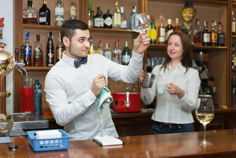 正面女服务员和男服务员工作 免版税库存照片