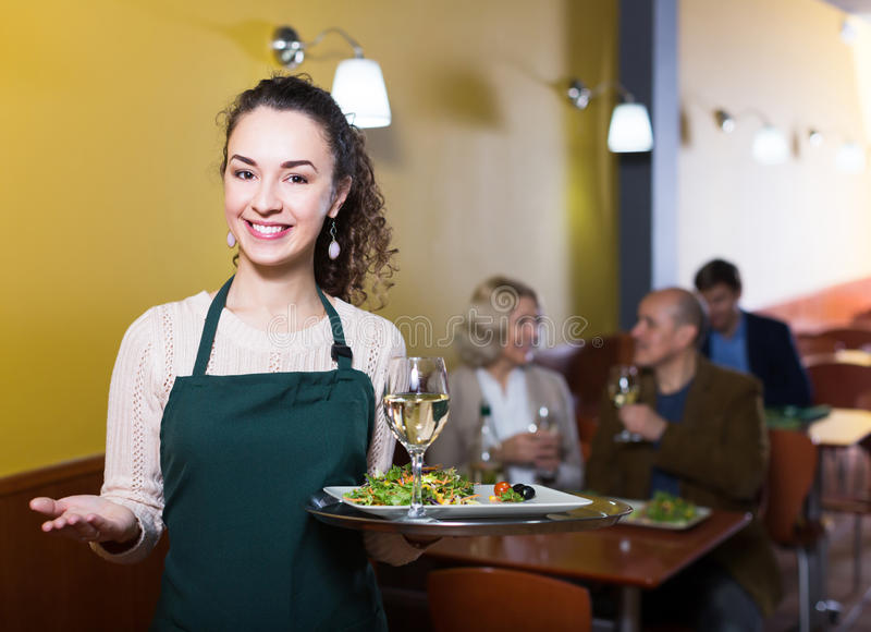 正面女服务员问候顾客 免版税库存图片