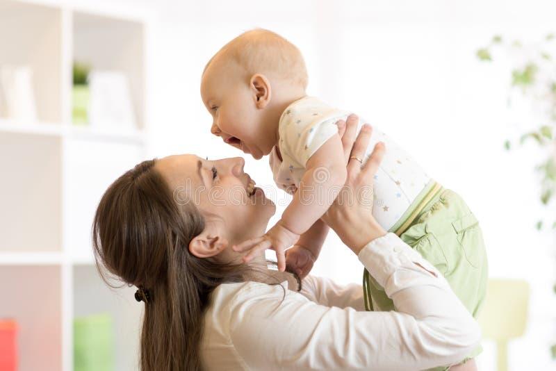 正面婴孩和妈妈 与她的小儿子的年轻母亲戏剧 免版税库存图片