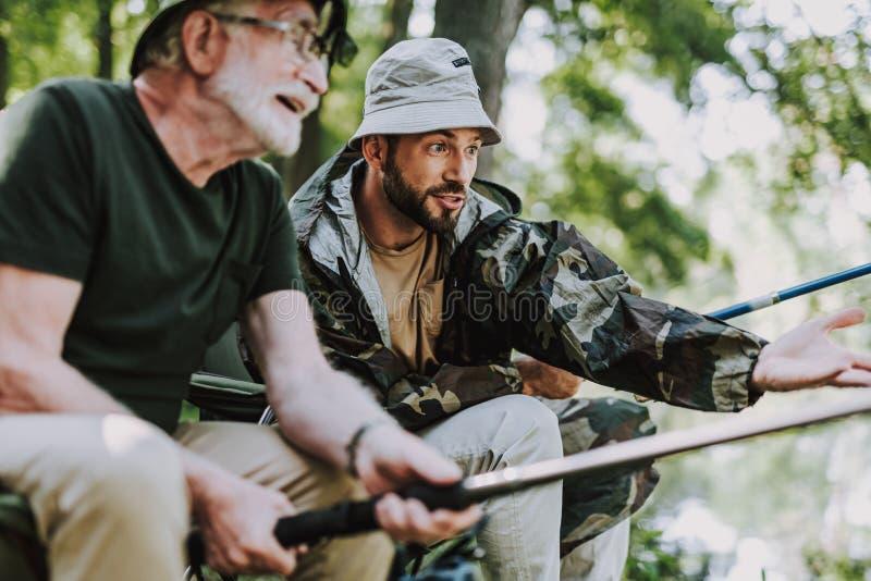 正面年长一起钓鱼人和他的儿子 图库摄影