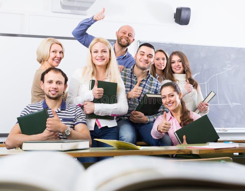 正面教授和小组学生 免版税库存照片