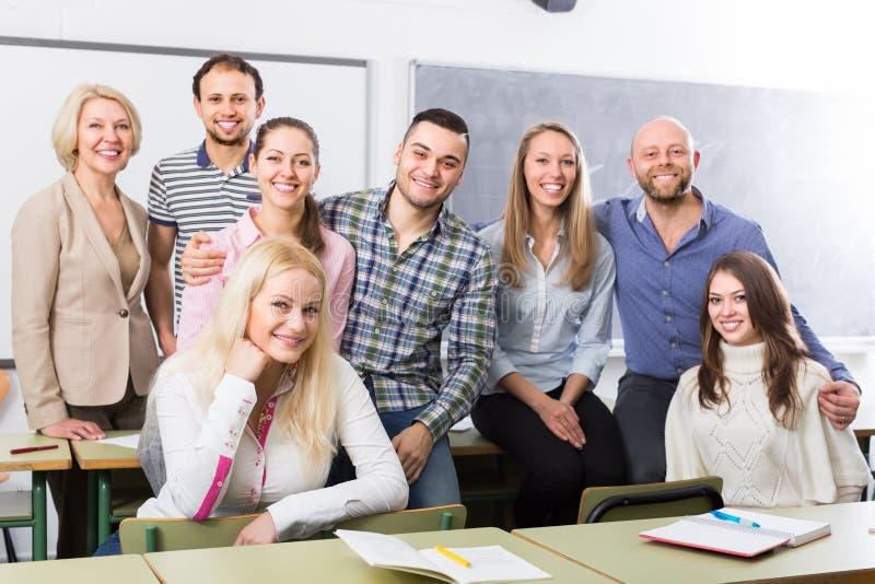 正面教授和小组学生 免版税图库摄影