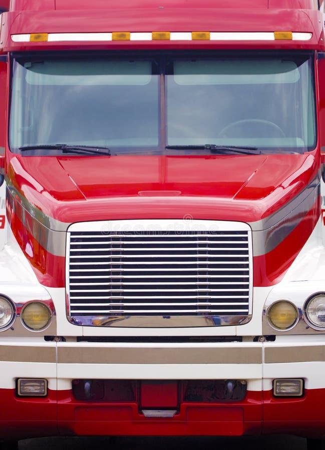 正面牵引车拖车的卡车 免版税库存图片