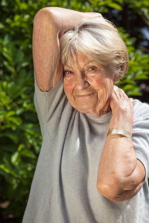 正面确信的年长妇女 图库摄影