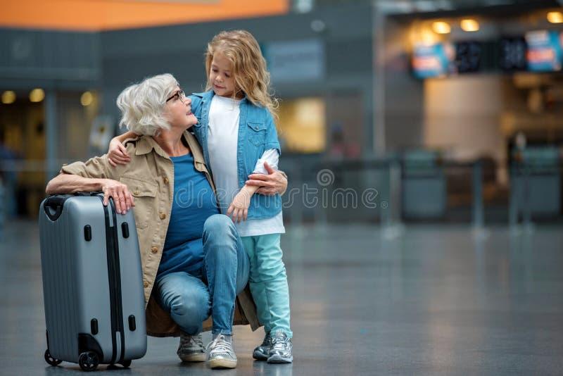 正面资深夫人和小女孩一起享受时间 免版税库存照片