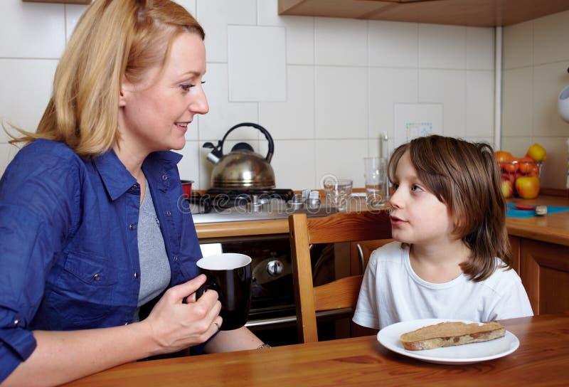 正餐厨房母亲坐儿子 免版税库存图片
