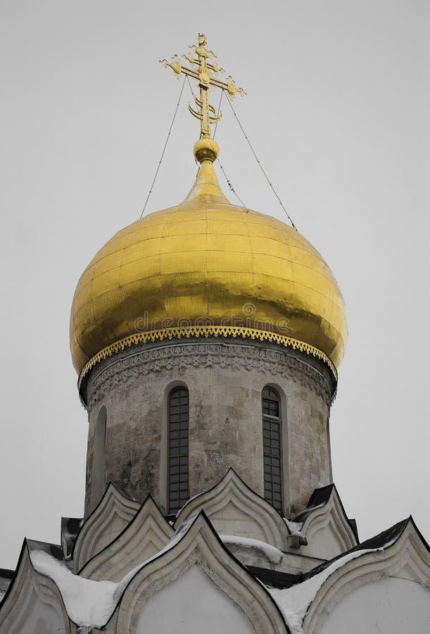 正统寺庙背景垂直的Golden Dome  库存图片
